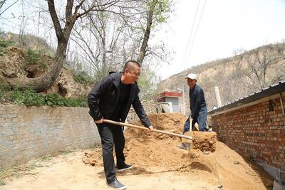 管道公司驻村干部亲力亲为助农户